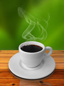 Kubek gorącej kawy na stół z drewna — Zdjęcie stockowe