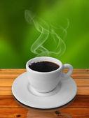 šálek horké kávy na dřevěný stůl — Stock fotografie