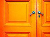 Staré úchyt na dřevěné dveře — Stock fotografie