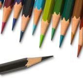 Un lápiz de color negro y lápiz de color de tono fresco — Foto de Stock