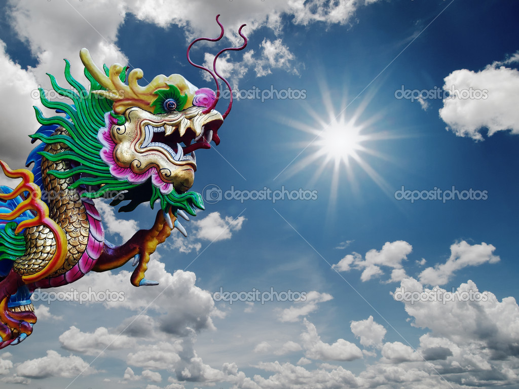 Chinese Dragon statue and sunny sky background — Stock Photo #5257863