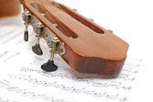 Hmatník staré kytary v listu s poznámkami — Stock fotografie