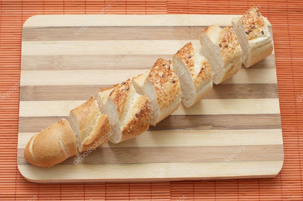 Stokbrood gesneden op kleine segmenten op houten keuken bord ...