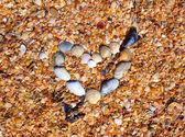 Deniz-kabukları yapılan kalp ve ok — Stok fotoğraf