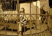 Yaz-gece evde oturan genç kadın — Stok fotoğraf