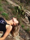Mooi meisje liggend op de berg — Stockfoto