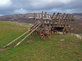 An old cart in the mountains of Crimea — Stock Photo