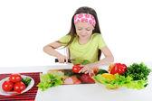 Petite fille coupe les tomates à la table — Photo