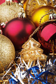 Brinquedos de Natal sobre o fundo de guirlandas — Fotografia Stock