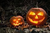 Abóboras de halloween em rochas à noite — Foto Stock