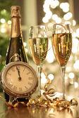 şampanya bardağı yeni yılda getirmek için hazır — Stok fotoğraf