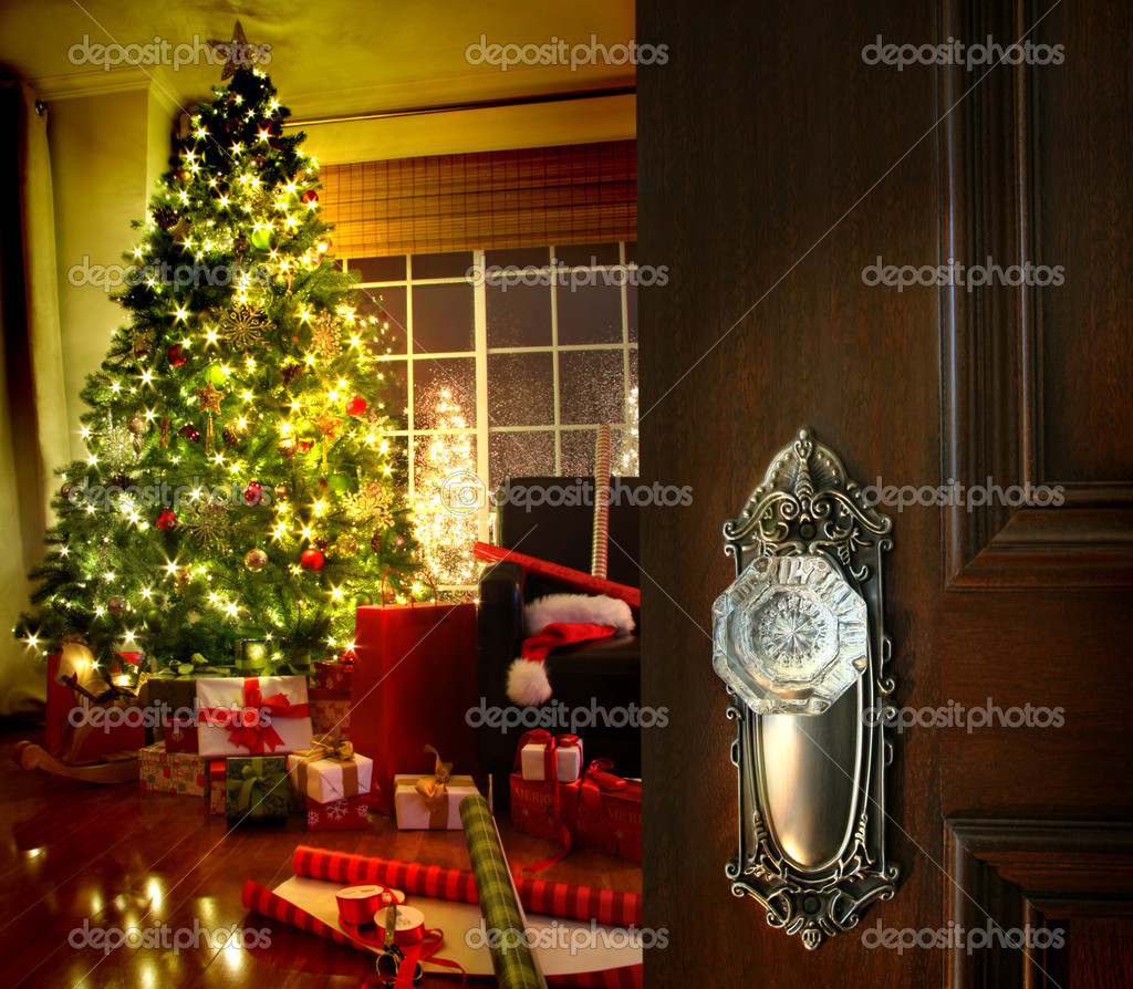 Door opening into a beautiful living room decorated for Christmas — Stockfoto #4175480
