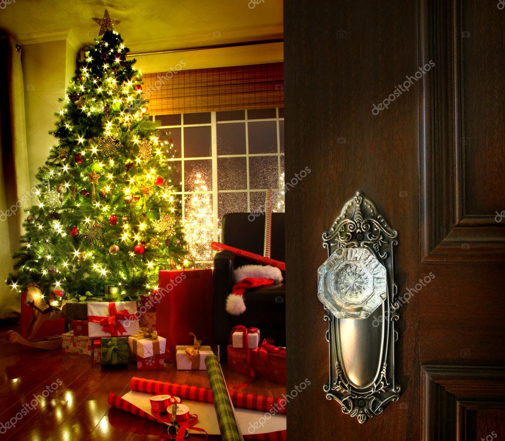 Door opening into a beautiful living room decorated for Christmas — Stock fotografie #4175480