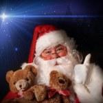 サンタの笑みを浮かべて保持おもちゃテディー ・ ベア — ストック写真