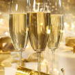 Glasses of champagne and gifts for new years — Stock fotografie