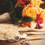 Wedding ring with bouquet on velvet — Stock Photo