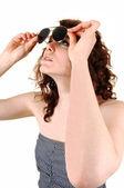 Garota procurando óculos de calha. — Fotografia Stock