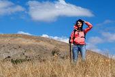 Kobieta turystycznych w górach — Zdjęcie stockowe