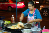 BANGKOK - MARCH 03: Street cook woman preparing phat thai noodle — Stock Photo