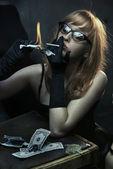 性感的年轻女性吸烟香烟 — 图库照片
