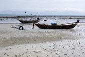 Bateau sur la plage avec le beau ciel — Photo