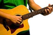 El hombre tocando la guitarra en fondo blanco — Foto de Stock