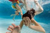 Crianças nadando debaixo d'água — Fotografia Stock