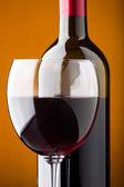 Una bottiglia di vino rosso e un bicchiere di vino closeup — Foto Stock