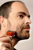 男は顔の毛を剃る — ストック写真