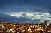 Střecha města za bouřlivé nebe — Stock fotografie