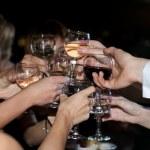 händer med glas vin — Stockfoto
