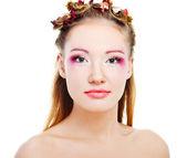 Ansikte av en glamour kvinna med moderna krullig frisyr och ljust makeup — Stockfoto