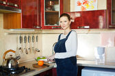 Pregnant woman cutting oranges — Stock Photo