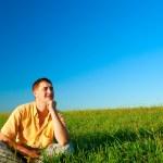 homme assis sur un champ — Photo