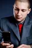 携帯電話を持つビジネスマン肖像画 — ストック写真