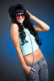 微笑与耳机太阳镜的女人 — 图库照片