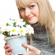 Woman holding flowers — Stockfoto