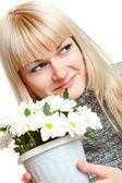 Mulher com flores brancas — Foto Stock