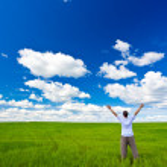 człowieka na pola rośnie w górę ręce — Zdjęcie stockowe