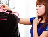 Kvinna att hitta kläder i butik — Stockfoto