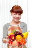 Ingwer hausfrau mit früchten — Stockfoto