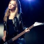 Портрет блондинке с гитарой — Стоковое фото