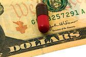药品和钱 — 图库照片
