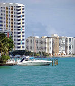 Miami Beach Condos and a Cabin Criser on Biscayne Bay — Stock Photo