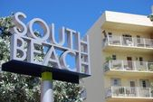 South Beach Signage and Low Rise Condo — Stock Photo