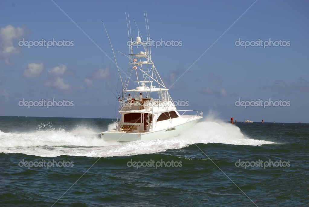 Chartered sportfishing boat heading toward the open ocean from it port in Miami Beach Marina — Stock Photo #5101406