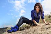 Chica atractiva joven en día ventoso — Foto de Stock