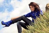 Hermosa mujer vestida con botas — Foto de Stock