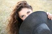 ボンネットの後ろに隠れての若い女性 — ストック写真