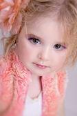 魅力的な小さな女の子のスタジオ ファッション ポートレート — ストック写真